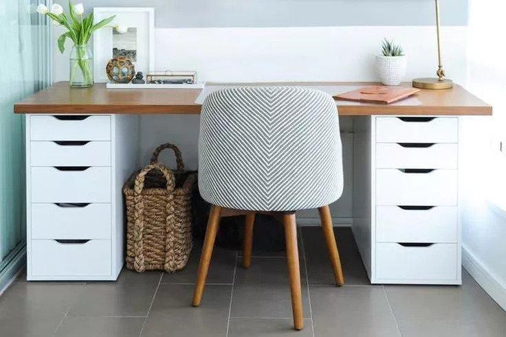 Meja kerja memanfaatkan laci sebagai kakinya karya Shift Interiors