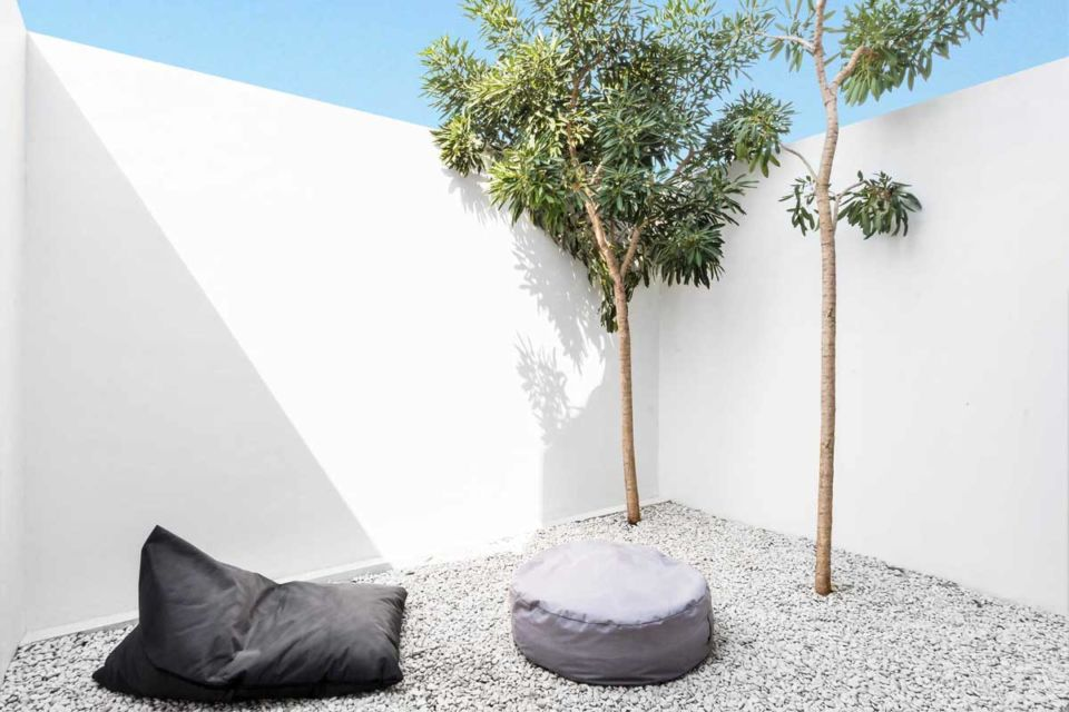 Desain ruang santai outdoor di taman kering karya DFORM