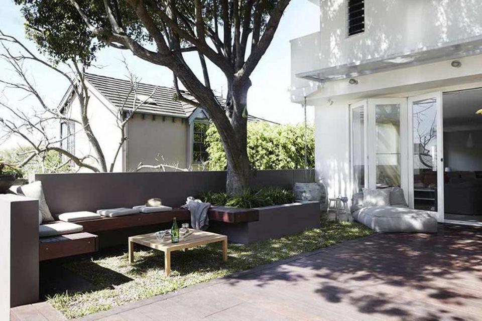 Desain ruang santai outdoor di pekarangan rumah karya Midcenturyjo