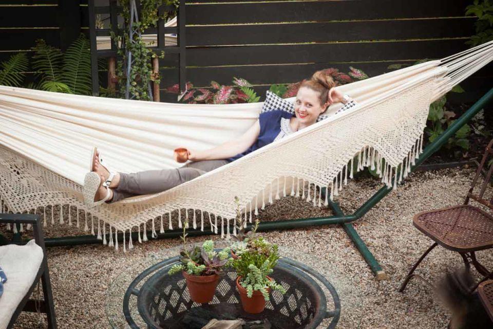 Desain ruang santai outdoor menggunakan hammock, karya Megan Pflug Designs