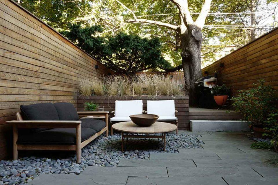 Desain ruang santai outdoor sangat privat dengan dinding tinggi, karya Kim