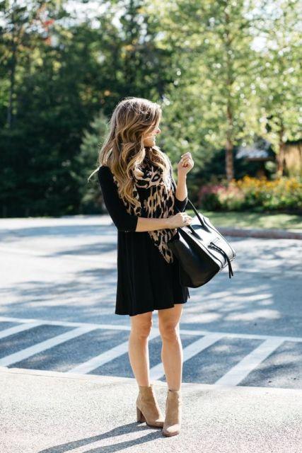 Gaun hitam dengan scarf