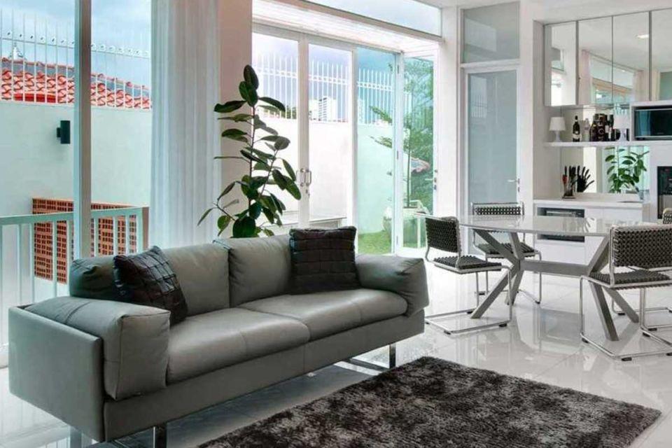 Interior rumah modern dengan tanaman hijau karya Atelier Cosmas Gozali