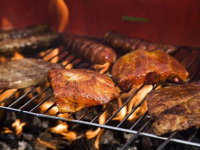 membakar daging