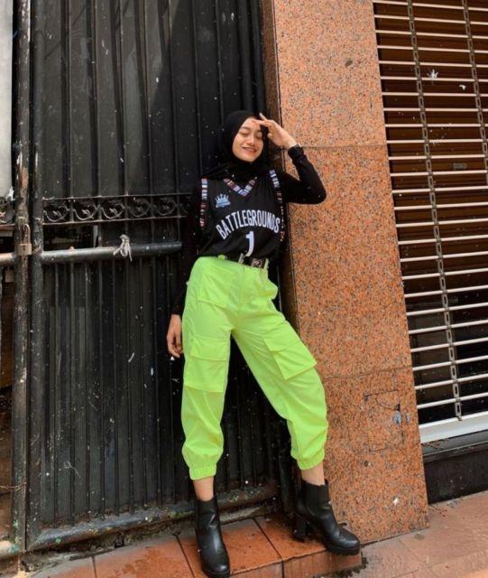 Tren Terbaru! 8 Potret Hijabers dengan Celana Cargo yang Kece dan Kekinian oleh - pantunjenaka.xyz