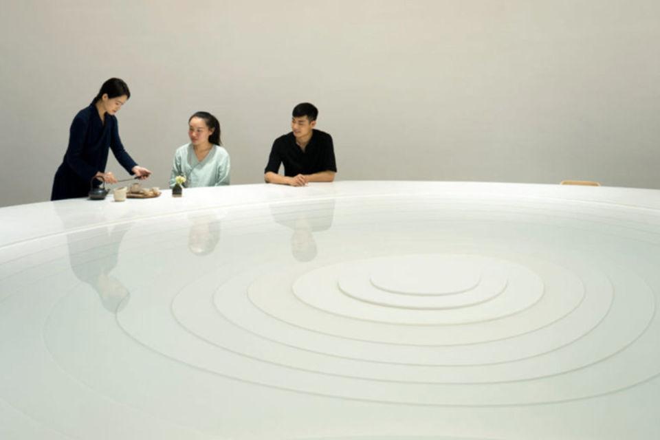 Permukaan meja dengan figur menyerupai terasering, kafe khusus ngeteh karya karya Koo Architects