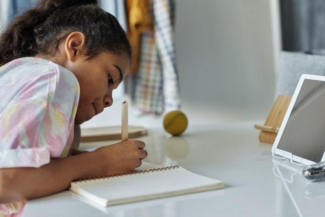 Waktu belajar jadi makin panjang. Yuk tingkatkan! Photo by Julia M Cameron from Pexels