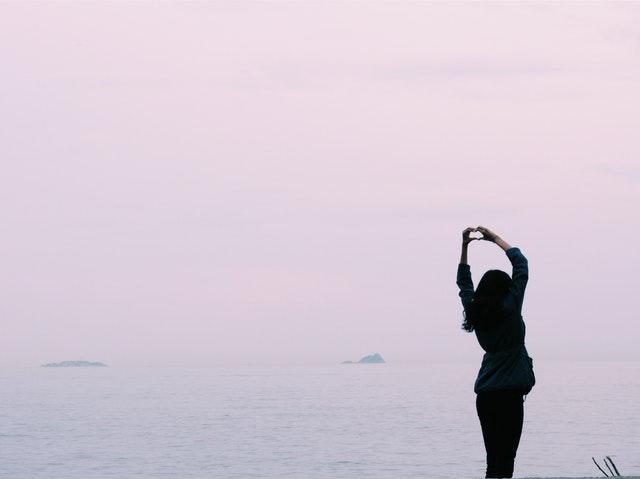 Jauhkan diri dari ponsel, lalu regangkan tubuh. Segarkan lagi harimu. Photo by Serkan Göktay from Pexels