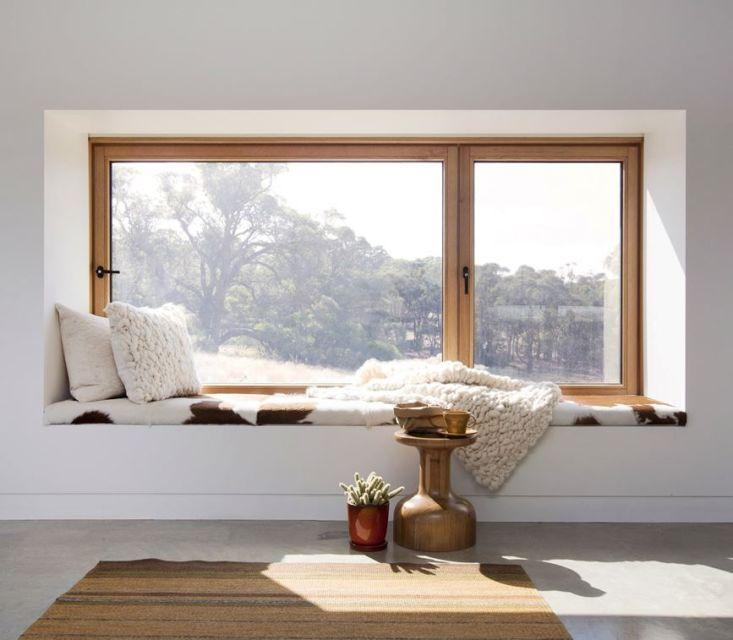Tempat duduk jendela romantis