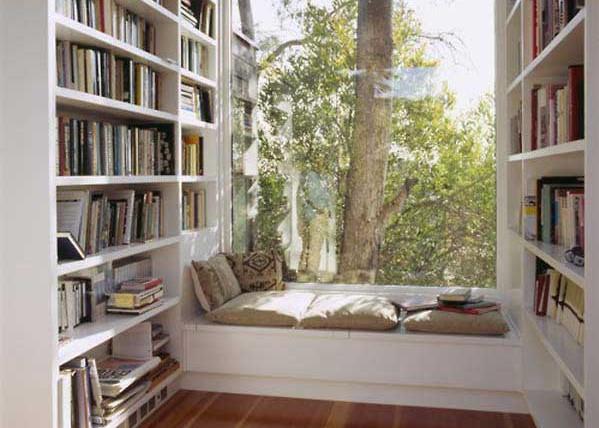 Window seat di lantai 2 dilengkapi perpustakaan pribadi
