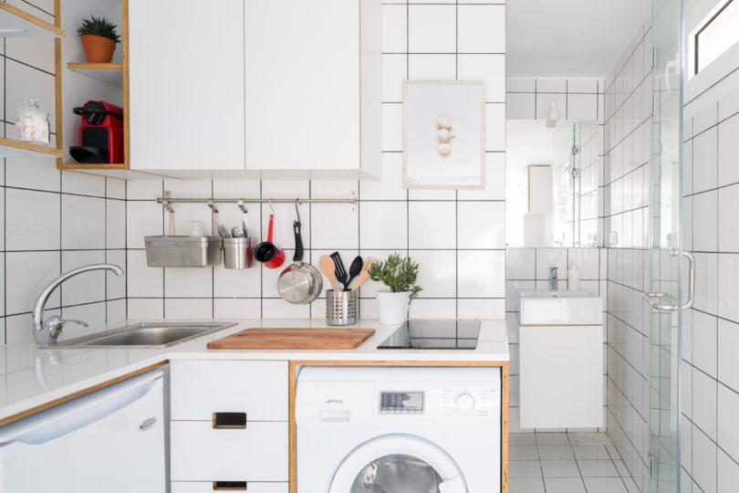 Dapur apartemen mikro serba putih karya Elie Metni
