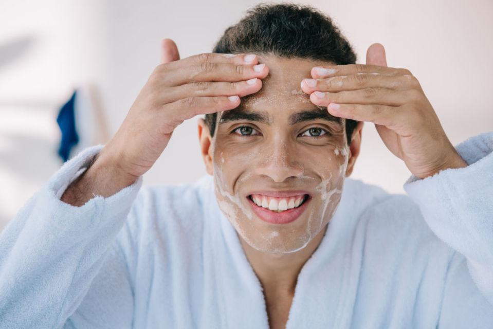 7 Langkah Perawatan Wajah Pria Berjerawat Nggak Semuanya Bisa Mulus Pakai Sabun Mandi Saja