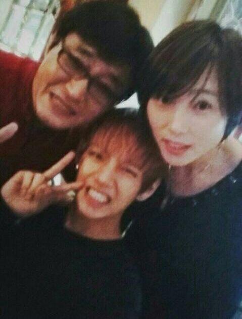 V BTS dengan kedua orang tuanya