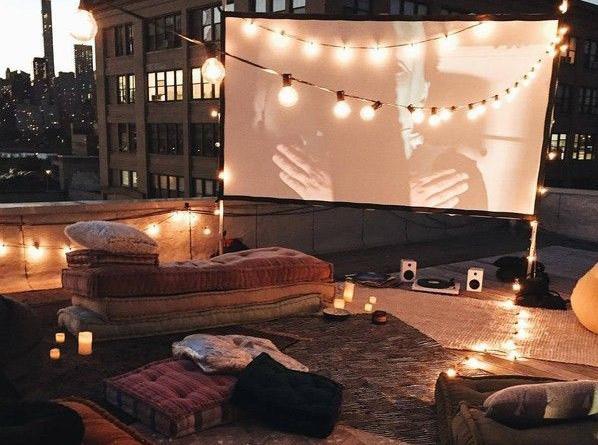 Rooftop theatre dengan pencahayaan cozy