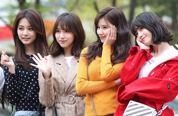 Momo, Tzuyu, Mina, Sana (Twice)