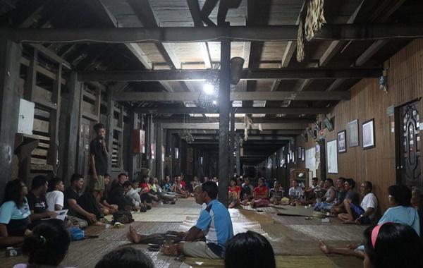Kebersamaan para tamu dan masyarakat sungai utik di rumah betang mereka