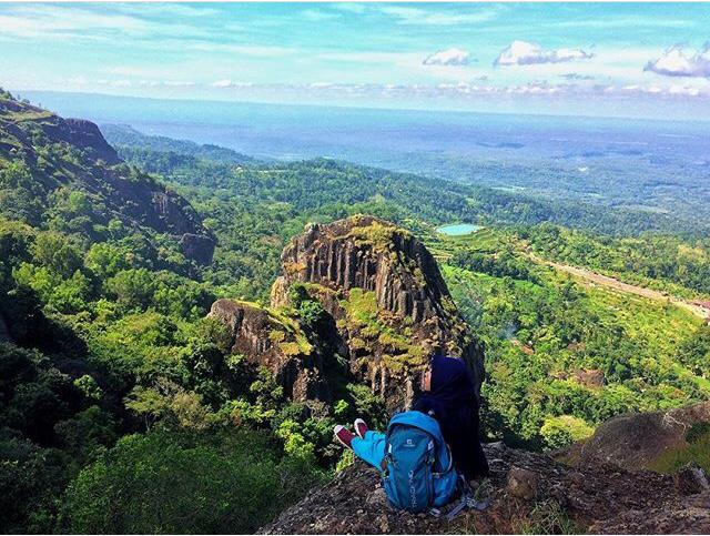 Lanskap bebatuan besar Gunung Api Purba dilihat dari puncak
