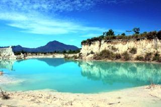 Danau berwarna biru di dunia nyata