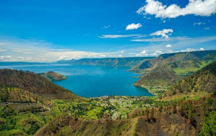 Danau Toba merupakan danau terbesar di Indonesia