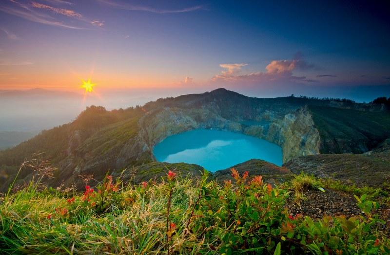 Keindahan Danau Tiga Warna Di Puncak Gunung Kelimutu