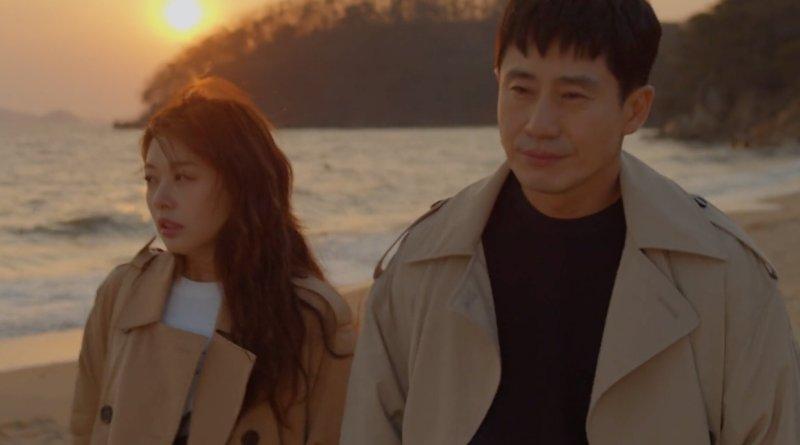 Han Woo Joo berjalan di piantai bersama Lee Shi Joon