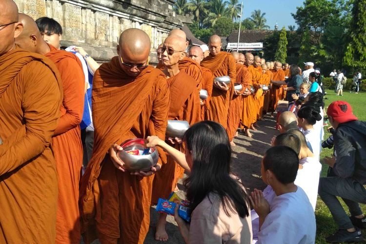 Pindapatta Waisak Borobudur