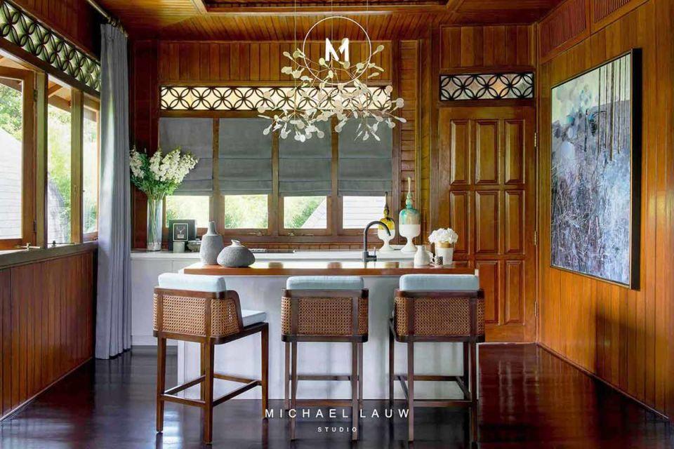 Roman blind untuk mempercantik jendela dapur nuansa kayu karya Michael Lauw Studio,