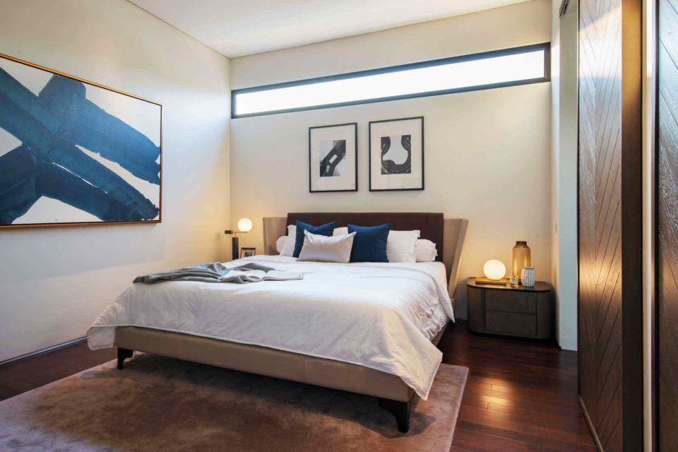 Pencahayaan adalah aksesoris yang fungsional, kamar tidur modern karya Michael Lauw Studio,