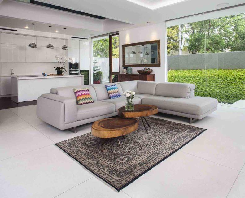 Karpet dengan corak unik dan antik di ruang keluarga karya MINT-DS,