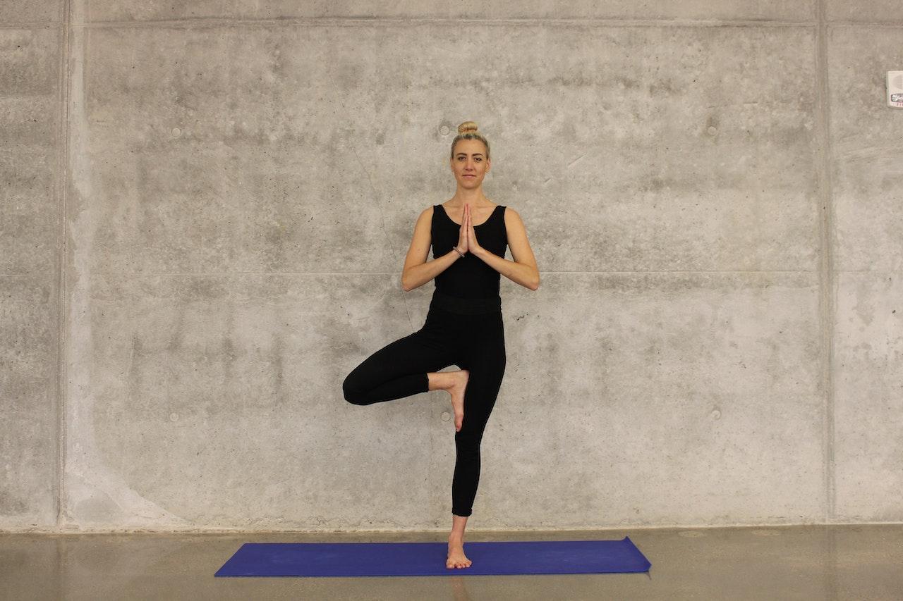hipwee katee lue oPpSdpZgeb4 unsplash - Gerakan Yoga Untuk Pemula yang Bisa Kamu Praktikan di Rumah. Mudah dan Bikin Sehat!