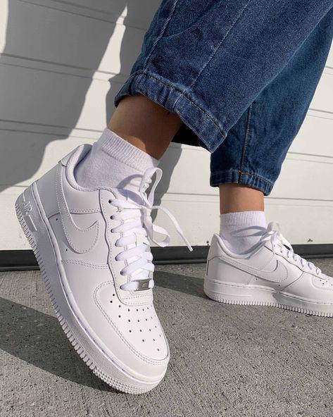 Sepatu sneakers putih yang banyak dominate semua umur