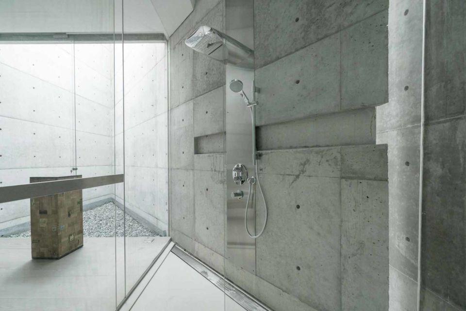 Kamar mandi industrial minimalis dalam JS House oleh Antony Liu+Ferry Ridwan Studio Tonton,