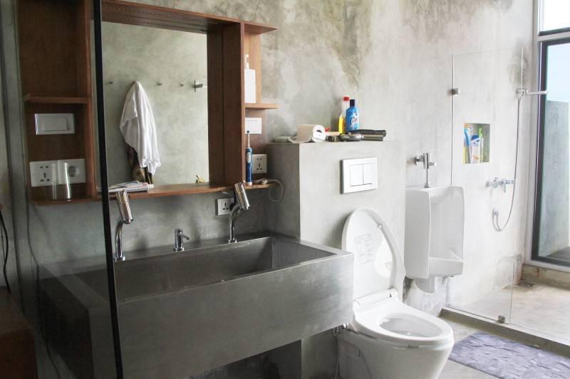 Desain kamar mandi gaya industrial di rumah Bare Minimalist oleh Raw Architecture,
