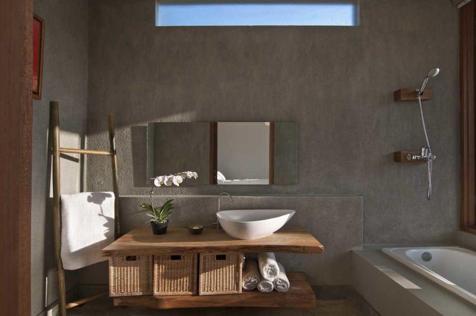 Interior kamar mandi industrial modern dalam Sunset Villa oleh Erwin Kusuma,