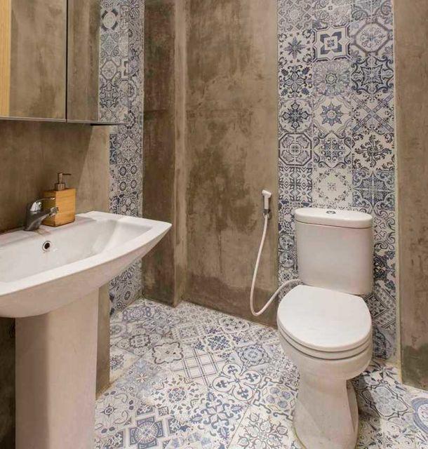 Kamar mandi industrial yang artistik di Wan Treasures Restaurant Pantai Indah Kapuk oleh Evonil Architecture,