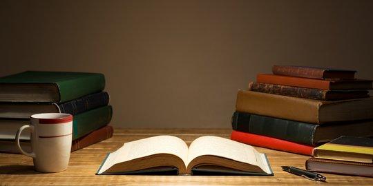 Tumpukan buku menjadi temanku