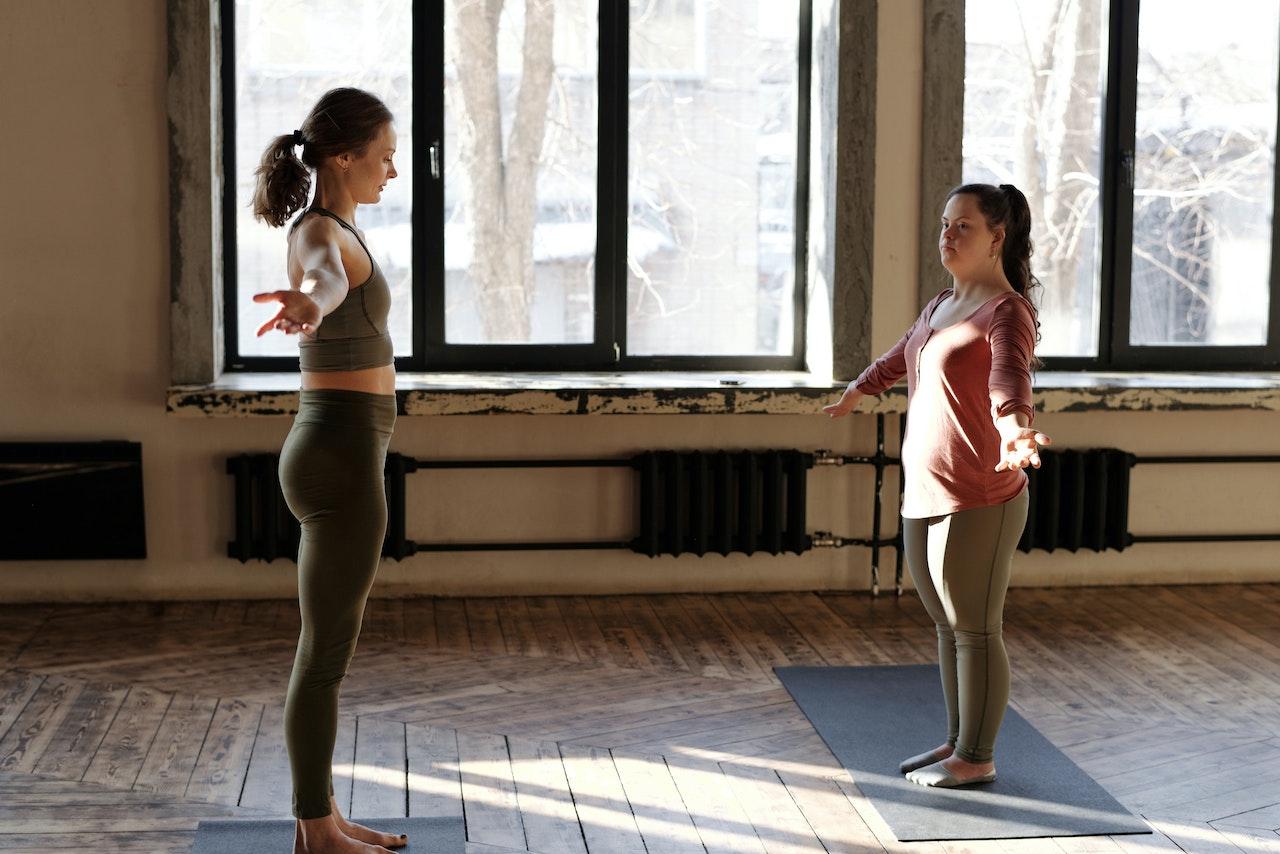 hipwee pexels cliff booth 4056411 - Gerakan Yoga Untuk Pemula yang Bisa Kamu Praktikan di Rumah. Mudah dan Bikin Sehat!