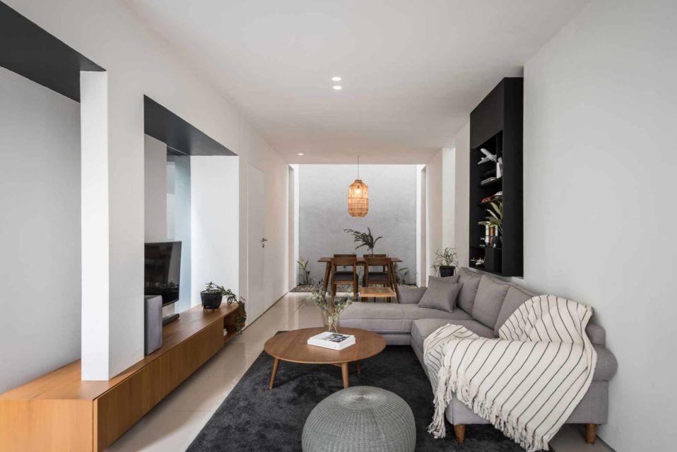 Warna putih dominan pada ruang keluarga karya Dhaniē & Sal,
