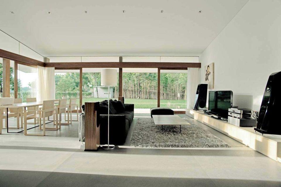 Ruang keluarga dan ruang makan serba putih karya Studio Tonton,