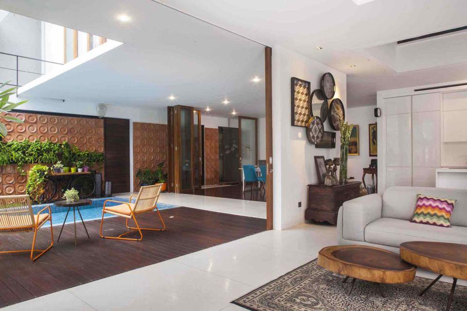 Interior ruang keluarga serba putih dengan sentuhan tropis karya MINT-DS,
