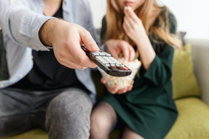Menonton film bersama pasangan