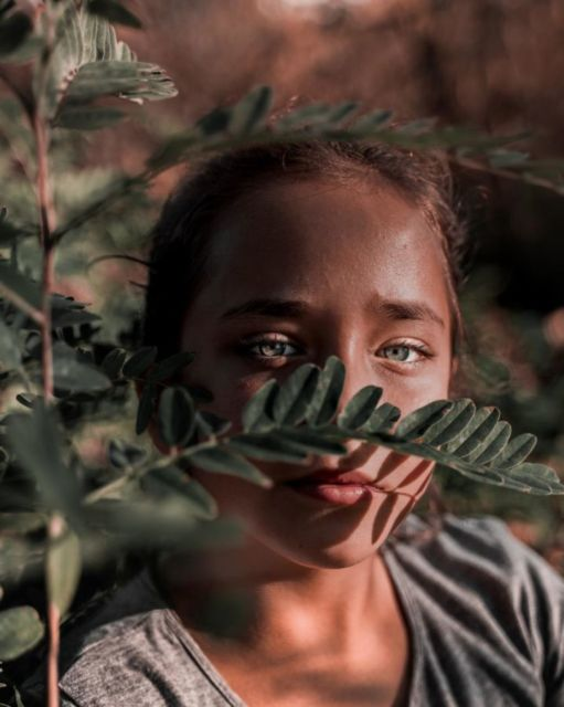 Gadis di samping tanaman oleh Ivica Džambo dari Pexels