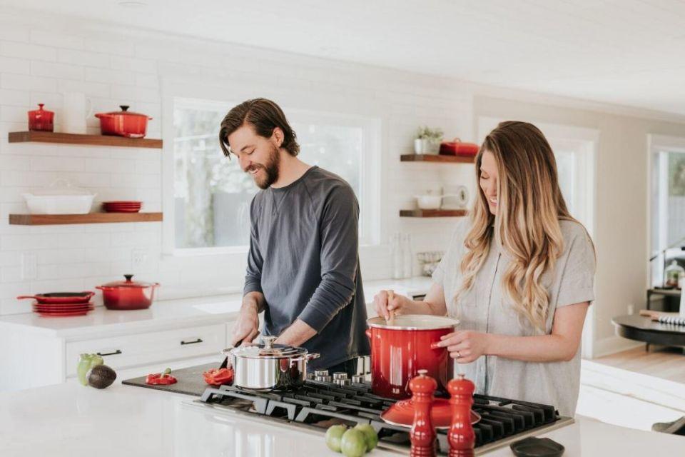 memasak bersama pasangan