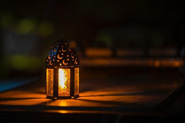 Lampu meja coklat di atas meja Foto oleh Ahmed Aqtai dari Pexels