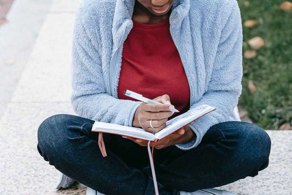 Healing time with journal book. Foto oleh Charlotte May dari Pexels.