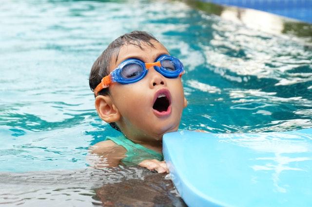 Berenang bisa melatih pernapasaan anak, lho.