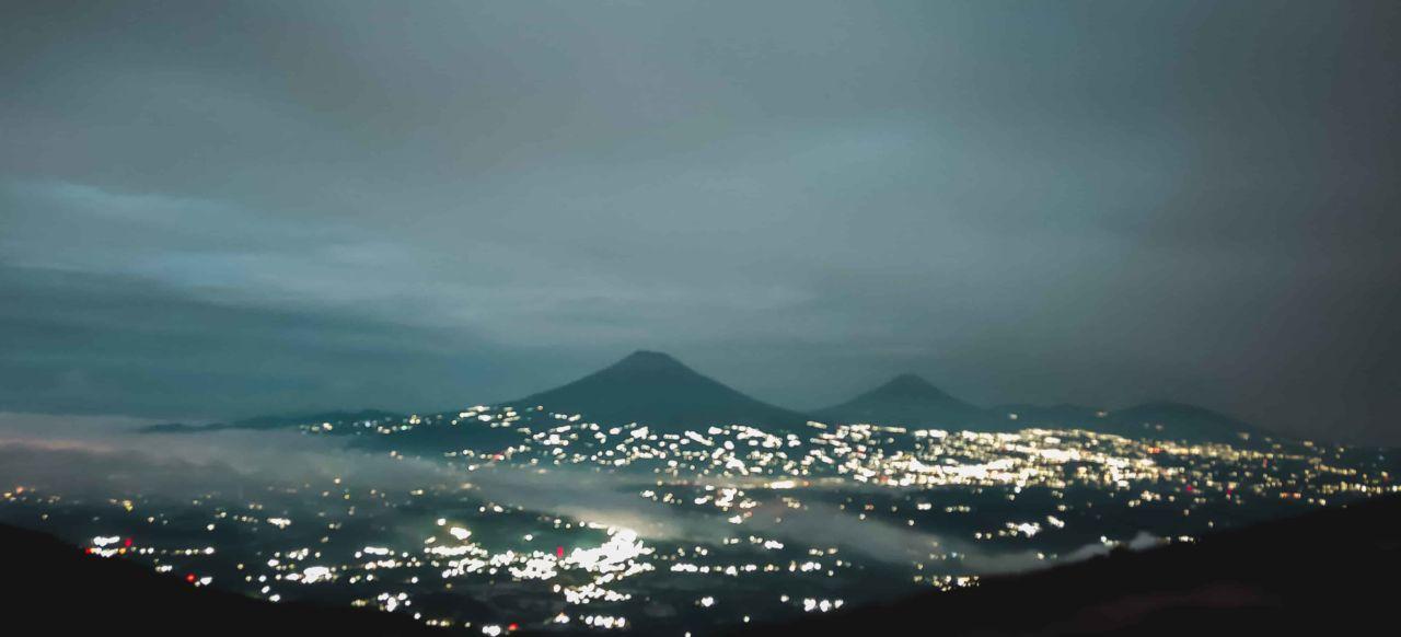 Pemandangan Gunung Sumbing, Sindoro, dan Prau dari Puncak Telomoyo