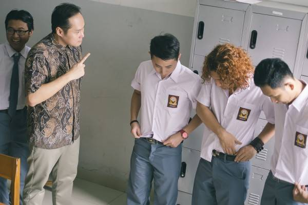 foto murid yang sedang dihukum