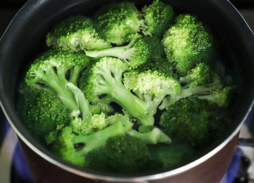Semangkuk irisan brokoli foto oleh Cats Coming dari Pexels