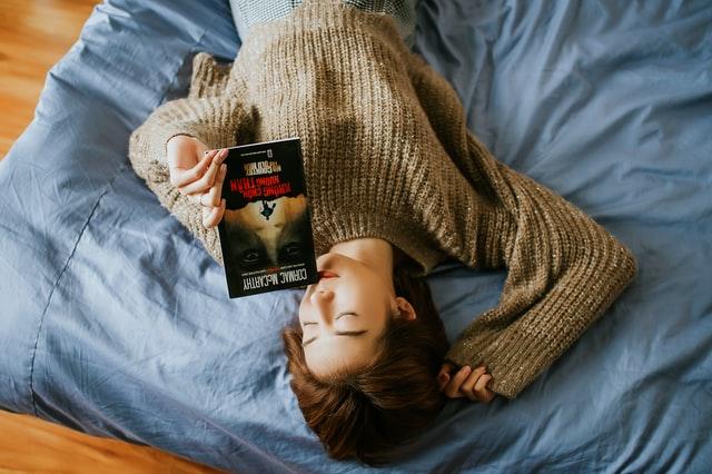 Ketiduran saat membaca | Credit : Anthony Tran